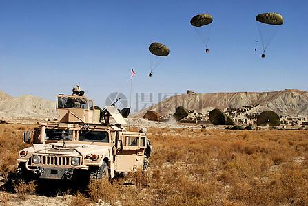 物资靠降落伞着陆图片