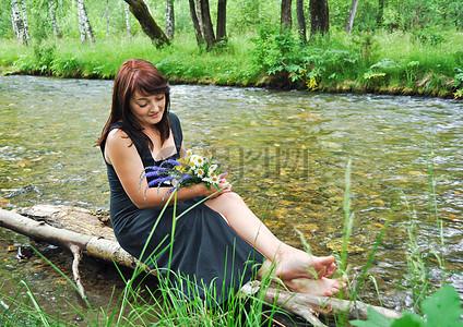 河边的优雅女人图片