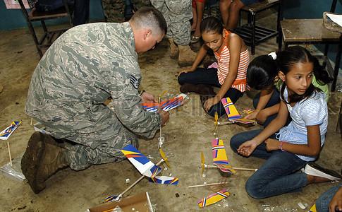玩飞机模型的士兵和孩子图片