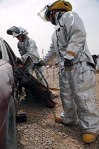 废旧汽车和消防员图片