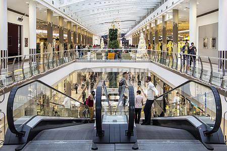凝聚人山人海的商场图片
