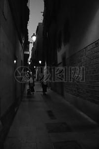 夜晚路边小巷黑白图片