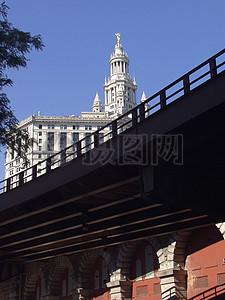 高架桥下拥挤的建筑图片