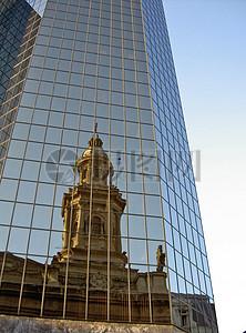 反射在建筑上的钟楼图片