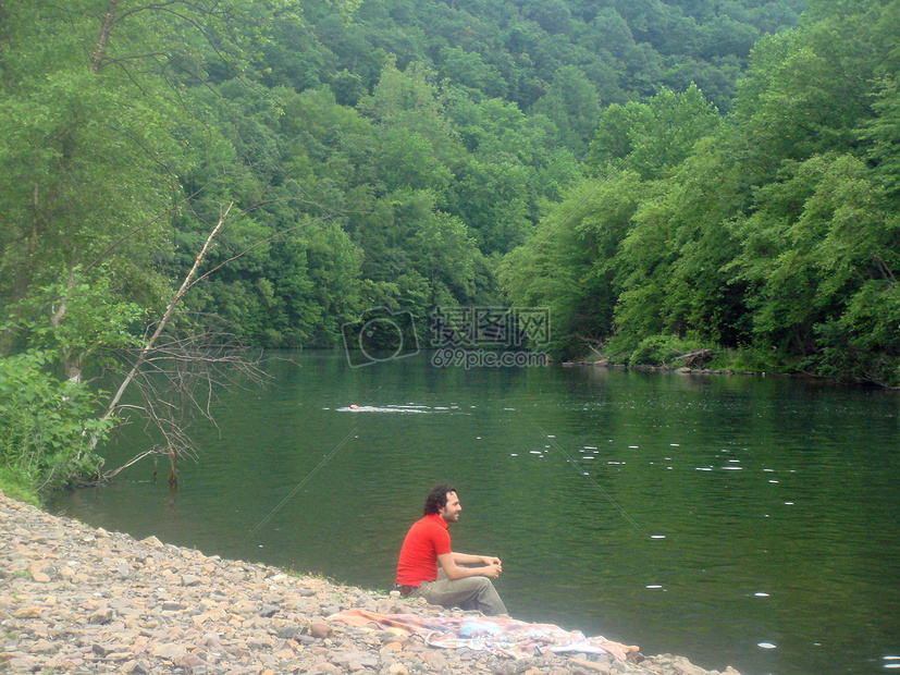 湖边看风景的人