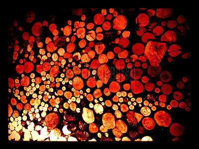 火光下的木材堆图片