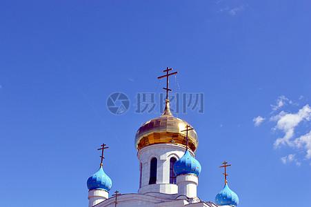 蓝天下的圆顶建筑图片