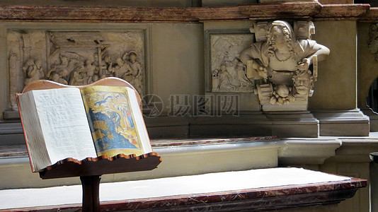 基督教的雕塑和经书图片