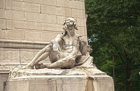赤身裸体的男子雕塑图片