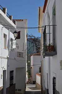 白色小巷子的楼房图片