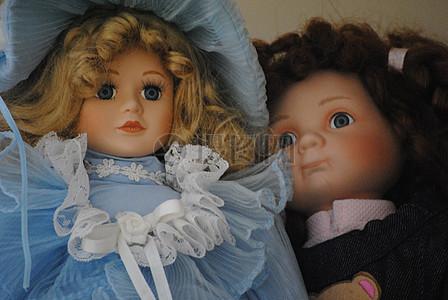 蓝衣服和黑衣服的洋娃娃图片