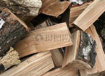 在房子的木材堆图片