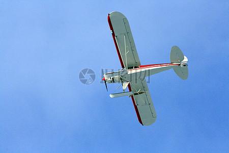 白色和红色飞机在蓝天白天图片