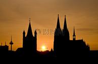 建筑间的太阳图片