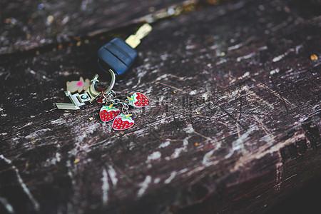 放在木板上的汽车钥匙图片