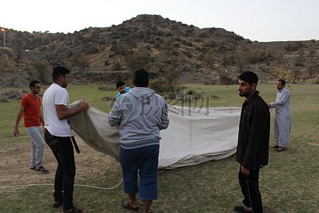 户外露营的男人们图片