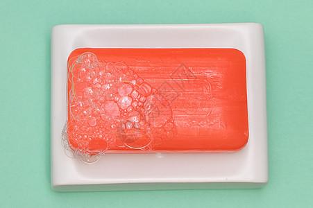 带有气泡肥皂盘的棒状肥皂图片