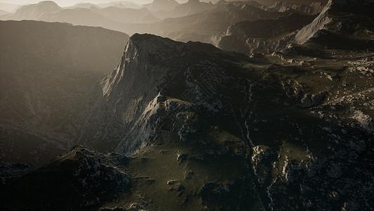 戏剧性的天空座山的台阶上图片