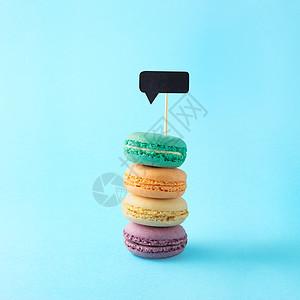 创意,静物食品,饮食健康照片,马卡龙,糕点,杏仁甜糖果与信息云通知蓝色背景图片