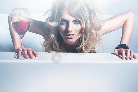 性感的金发女人带着红酒图片