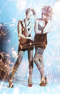 两个穿着西装的女孩图片