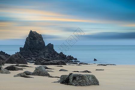 雄伟的日出,长时间的曝光景观,充满活力的天空,平静的沙滩上图片