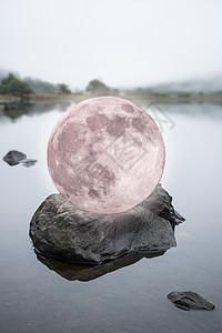 数字超现实的粉红色或红色超级月亮坐岩石上的平静湖面上,幻想类型或西尔看着图像图片
