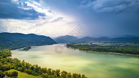 夏天的匈牙利维塞格勒附近多瑙河河谷全景的鸟瞰图图片