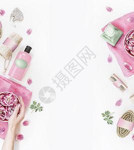 美容背景与各种环保化妆品护肤品,香气必可少的水碗与粉红色的花朵女的手,绿叶毛巾白色的背景上面的风景图片