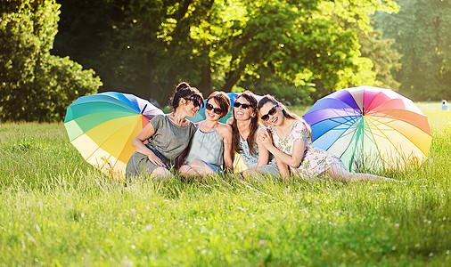 四位漂亮女士公园休息的肖像图片