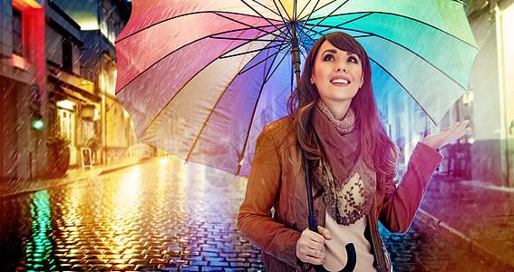 时髦的黑发女士带着五颜六色的雨伞图片
