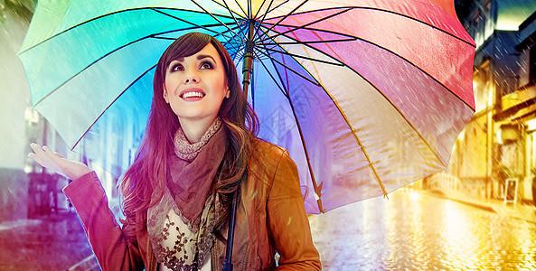 漂亮的年轻黑发女人享受春天的雨天图片