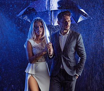 年轻夫妇雨天摆姿势的时尚风格肖像图片