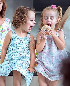 可爱的孩子吃甜的,五颜六色的甜甜圈图片