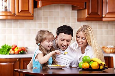 年轻的家庭孩子厨房吃早餐图片