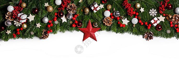 圣诞边框的树枝白色背景与隔离,红色金色装饰,浆果,星星,锥圣诞树树枝的圣诞框架图片