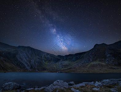 令人惊叹的充满活力的银河复合图像上美丽的景观图像的llynidwal魔鬼的厨房斯诺登纳图片