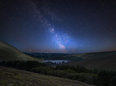惊人的充满活力的银河复合图像远处的山脉景观图片