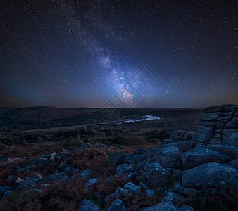 令人惊叹的充满活力的银河复合图像,美丽的秋季日落景观图像上,皮革托到达特穆尔公园的Burrator水库图片