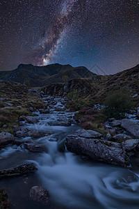 令人震惊的充满活力的银河复合图像上的景观图像,河流流经山脉附近的lynOgwenlynidwal斯诺登尼亚图片