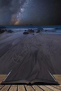 令人惊叹的充满活力的银河复合图像美丽的海滩景观上,神奇的故事书中的页面中出来图片
