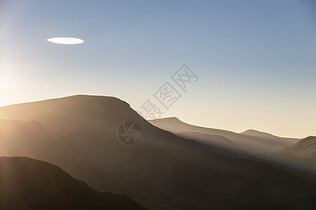 令人惊叹的景观图像,阳光照亮了湖区山边的小部分,而其他地区则处于黑暗中,背景罗宾逊戴尔头图片