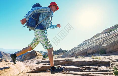 犹他州山区徒步旅行寻常的自然景观中徒步旅行奇妙的砂岩地层图片