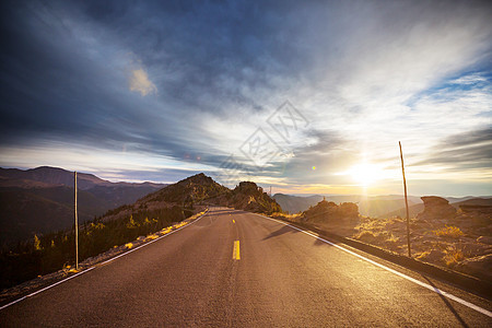 山上风景优美的道路旅行背景图片
