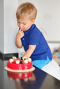 两岁的男孩吃生日蛋糕图片