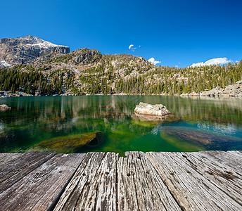 海亚哈湖秋天周围岩石山脉美国科罗拉多州洛基山公园图片