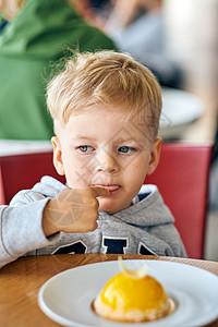 两岁的男孩咖啡馆吃甜点图片