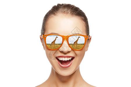 生态旅游非洲狩猎快乐的少女戴着太阳镜看长颈鹿的肖像戴太阳镜的快乐少女看长颈鹿图片