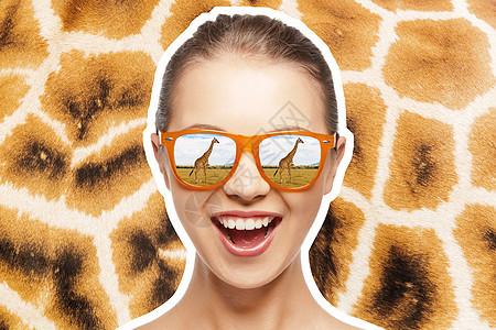 生态旅游非洲狩猎照片快乐的十几岁女孩戴着太阳镜看长颈鹿长颈鹿皮肤纹理背景戴太阳镜的快乐少女看长颈鹿图片