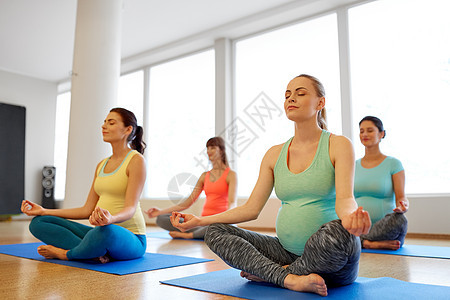 快乐的孕妇健身房瑜伽冥想图片